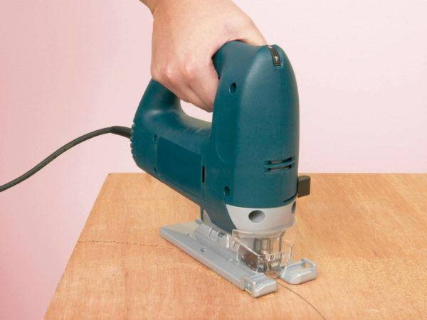 Для резки фанеры лучше использовать электролобзик