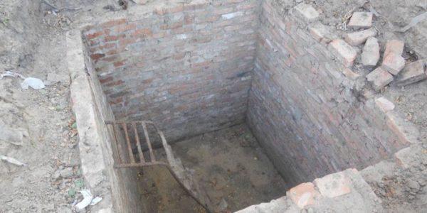Стенка ямы из кирпичей